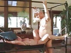 Младо блондинка в красивия порно секс дам